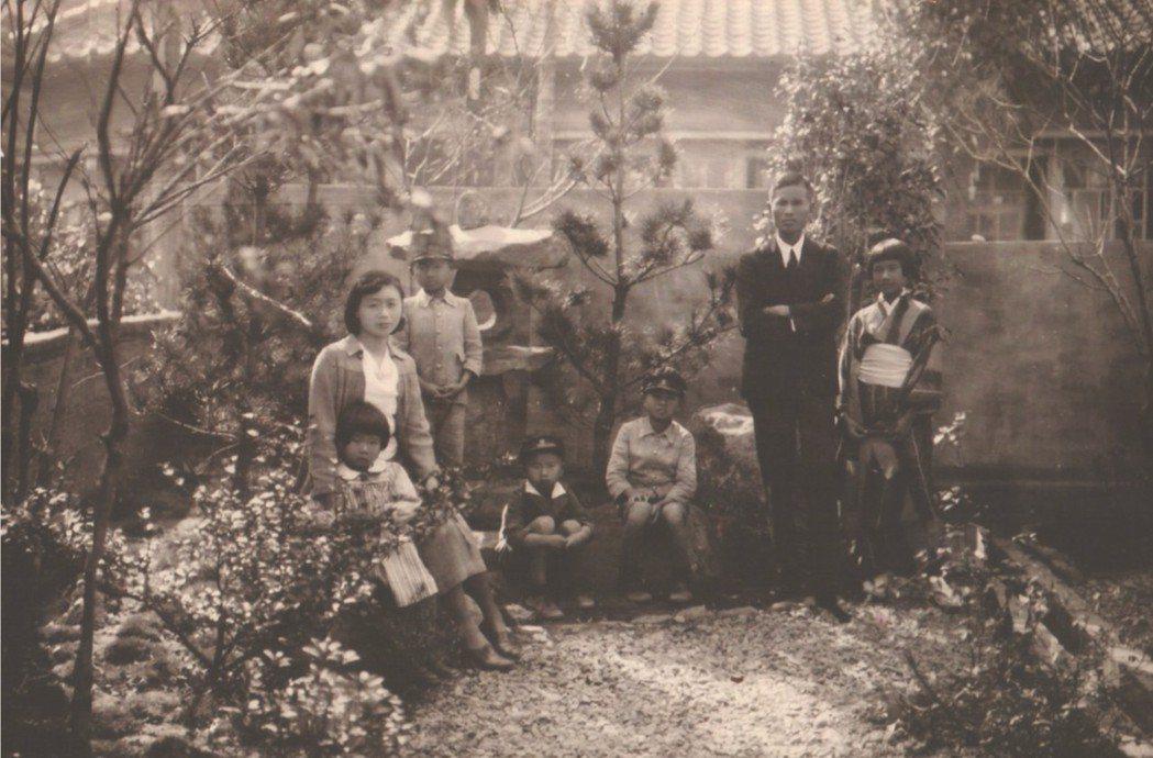 1932年全家於臺北住處的庭院合照。右一為阮美姝、右二為阮朝日。阮家共有二女三男。 圖/臺灣歷史博物館提供