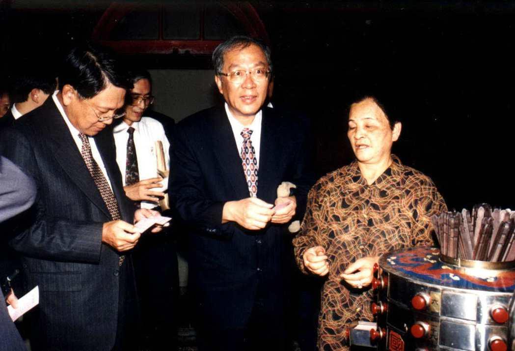 1987年解嚴後,臺灣政府對藥籤的態度逐漸從文化面向,轉至法律責任及健康安全的層...