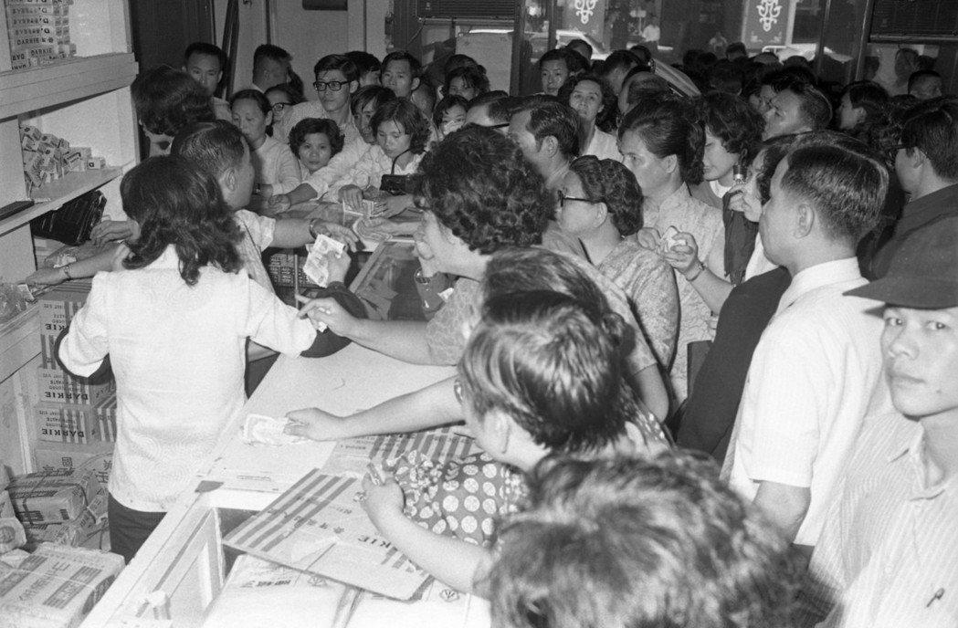 1973年第一次石油危機,當時衛生紙、味精、肥皂,什麼都漲。 圖/聯合報系資料照...