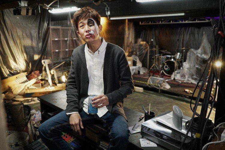 《宅配男逃亡曲》崔宇植友情客串姜棟元後輩。圖/車庫娛樂提供