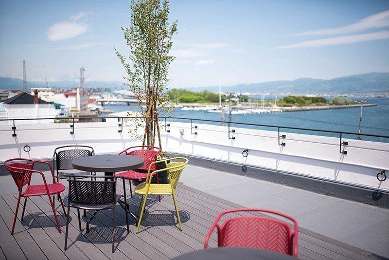 從屋頂的露臺可以俯瞰函館港都的美景,煙火季節更成為欣賞華麗花火的特等席。