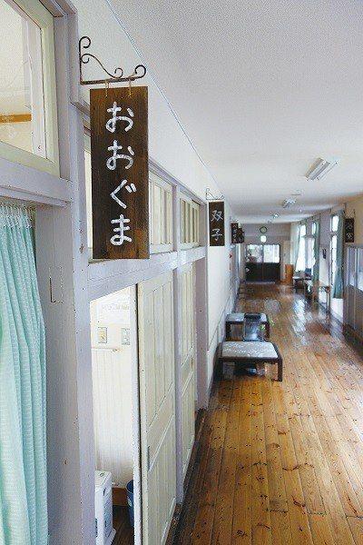 改建時幾乎完整保留的小學校舍,處處都能感受傳統日本小學校的樣貌。