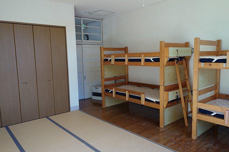 房間也由教室改建,彷彿參加營隊或社團集訓一般享受青春時光。