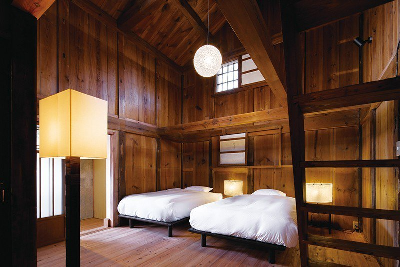 客房的傢俱特別嚴選與傳統建物協調的設計添加藝術裝飾品打造雅致空間。
