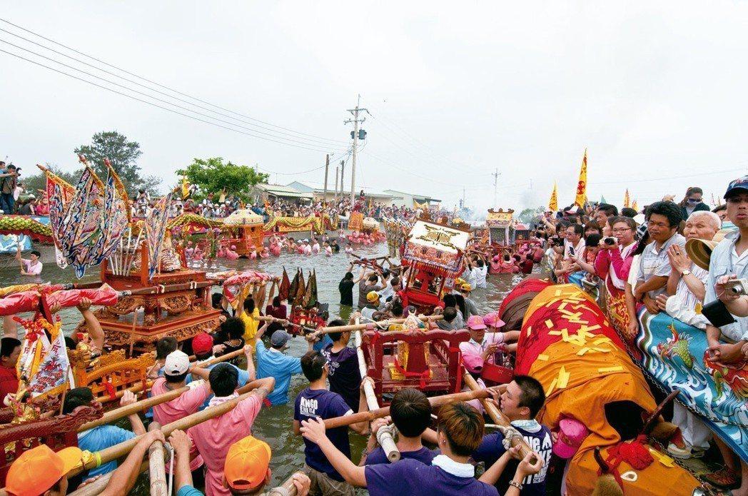 臺南西港玉勅慶安宮主辦之「西港刈香」王船燒化,又有臺灣第一香之稱。 柳青薰提供。