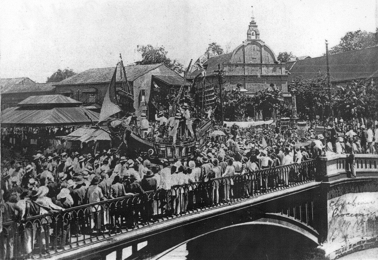 馬六甲地區和中國部分地區至今仍保有採蓮隊,圖為1933年清華宮採蓮隊員手拿裝飾過...