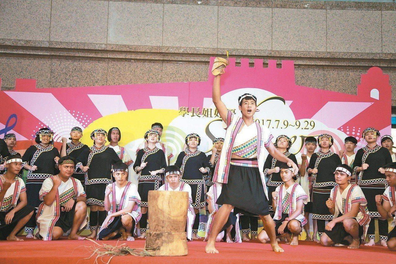 圖為六龜高中合唱團沒被八八風災打倒,反而一路唱進全國比賽,還前進日本地震災區以歌...
