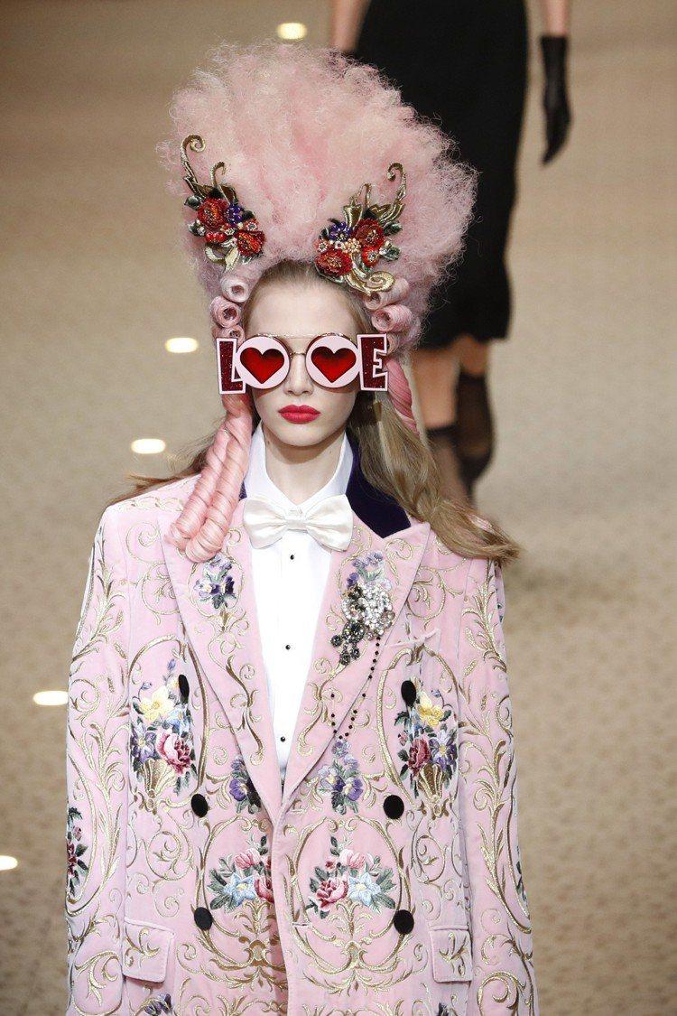 把不同時代感的元素拼貼在一起,Dolce & Gabbana在這季強調了「時尚信...