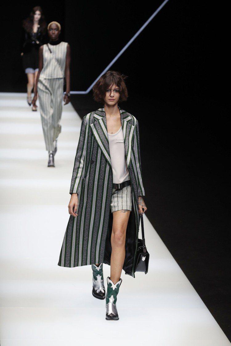 條紋長版大衣搭配了男裝的汗衫及短褲,模特兒還畫上了濃豔的晚妝,Emporio A...