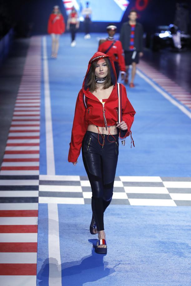 連帽短外套與緊身皮長褲,概念便是來自賽車女郎的印象,這個概念為Gigi Hadi...