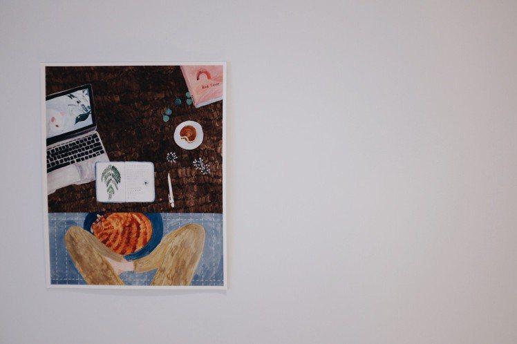 牆上貼著貓與人共同生活的美好繪畫。圖/記者沈佩臻攝影