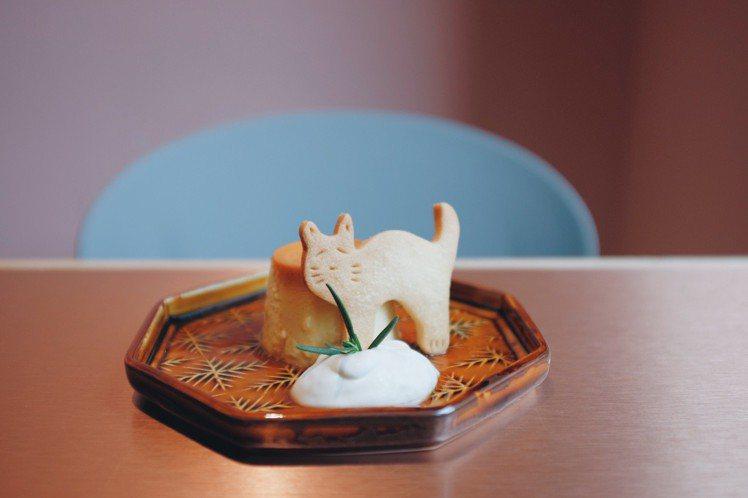 滿滿香草籽的焦糖奶油乳酪布丁,附上寶元餅乾。圖/記者沈佩臻攝影