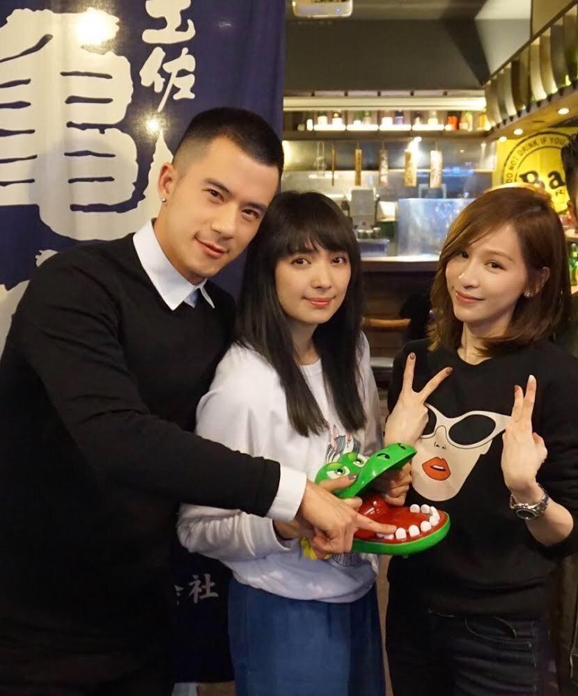 王心凌(左)和同門阿喜(中)、JR(右)開工拜年。圖/天晴音樂提供