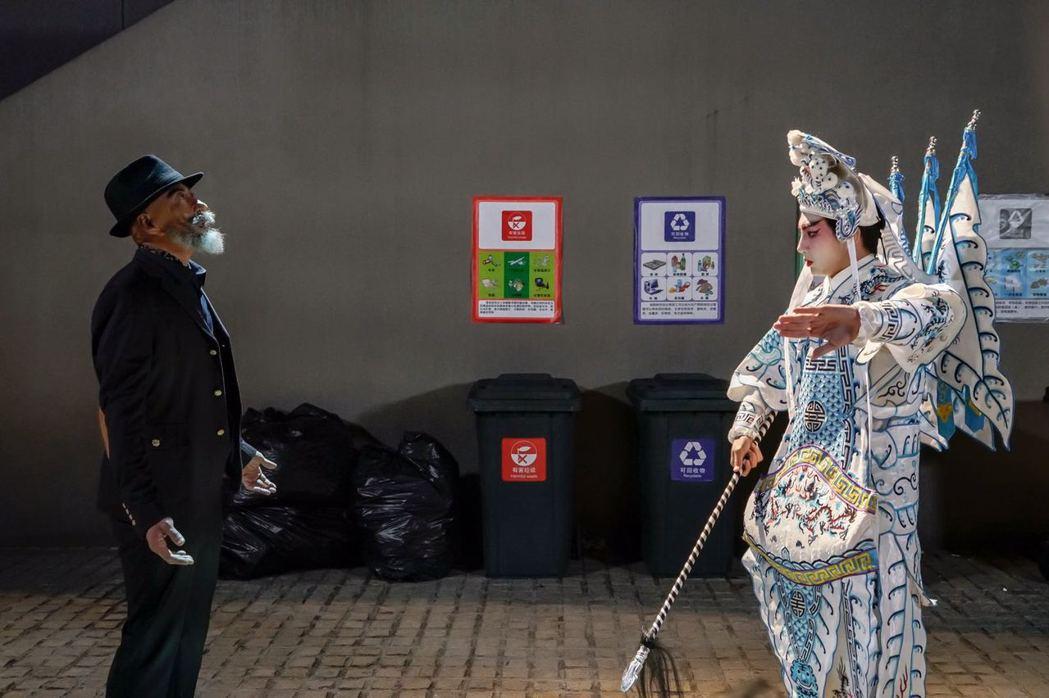 明杰(右)在「終極一班5」中為「降妖伏魔」化身京劇扮相。圖/可米傳媒提供