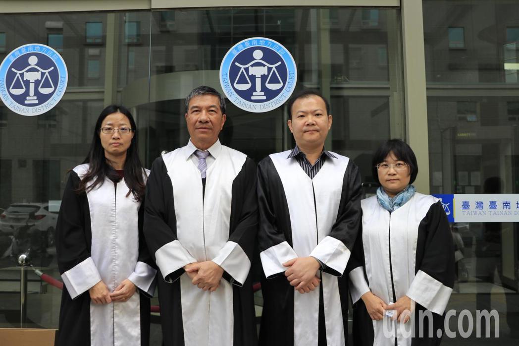 被害人李女家屬與黃政雄家屬的告訴代理人,為台南、桃園律師公會的義務律師,4人為台...