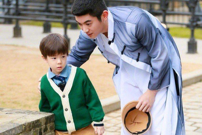 杜江與兒子嗯哼。圖/摘自微博