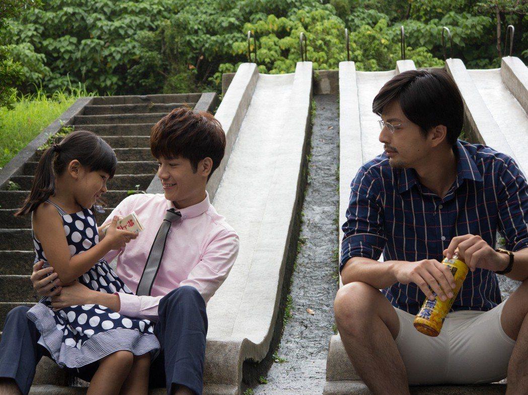江常輝(右起)與張行在「是非」中上演「多元成家」。圖/CHOCO TV提供