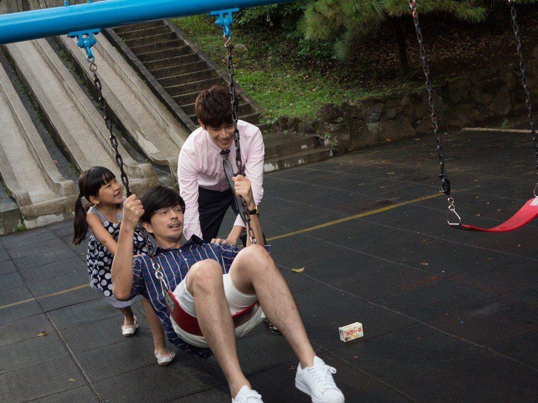 江常輝(前)與張行在「是非」中上演「多元成家」。圖/CHOCO TV提供