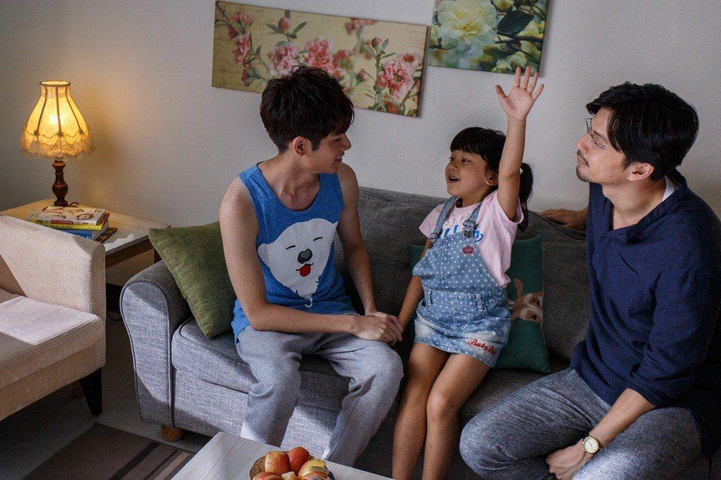 江常輝(右)與張行在「是非」中上演「多元成家」。圖/CHOCO TV提供