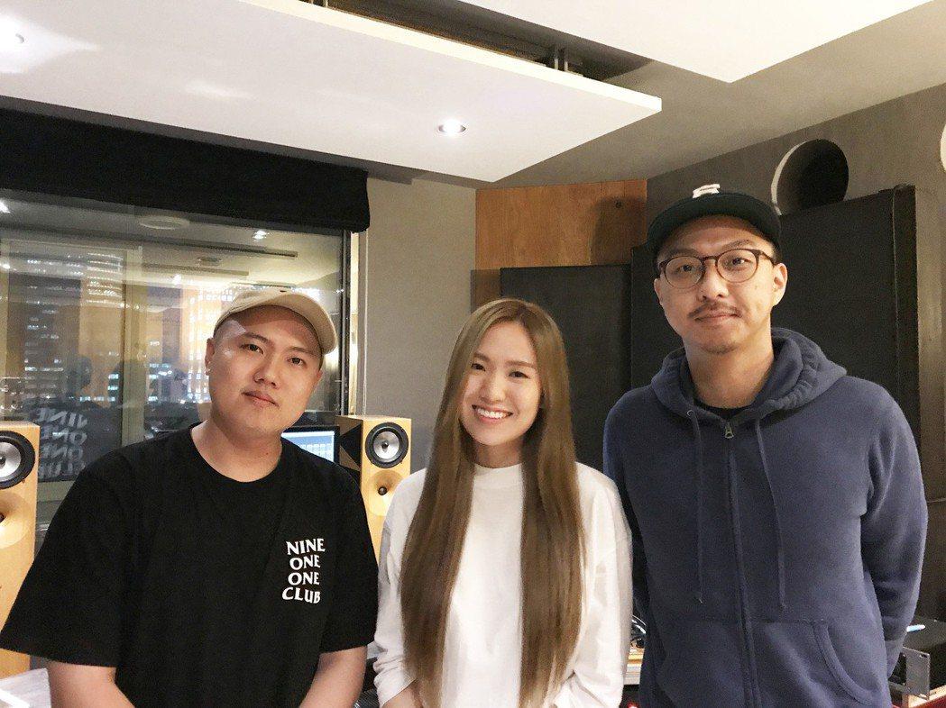 賴慈泓推出新歌「我的事不關你的事」和孫盛希(中)合作。圖/混血兒娛樂提供