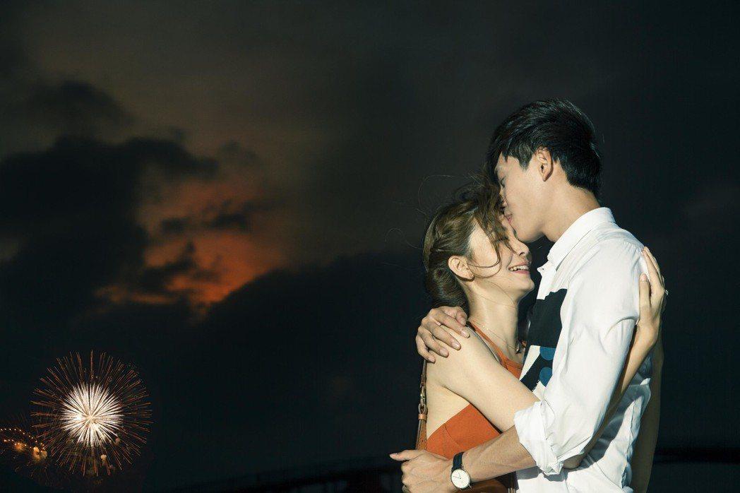 夏如芝(左)和師弟陳品延湊對到澎湖拍攝寫真書,還有求婚戲碼浪漫唯美。圖/伊林提供