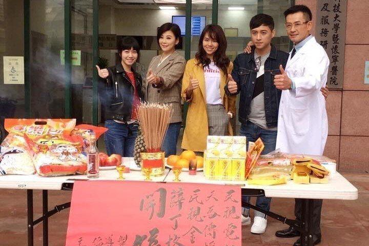 柯叔元(右起)、鄭人碩、夏于喬、方馨、洪于晴出席「薛丁格的貓」開鏡。圖/民視提供