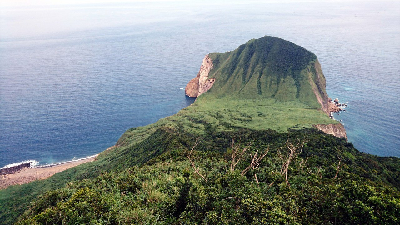 龜山島位於台灣東北角外海,模樣在海面上如烏龜因而得名,登上高地可見「龜首散髮」,...