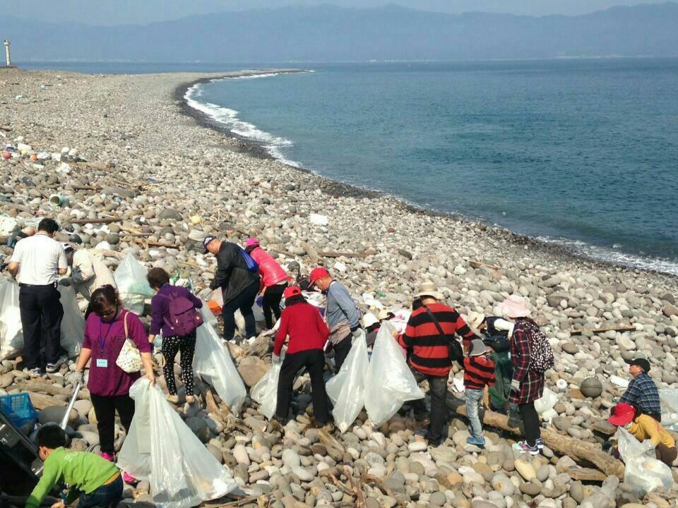 東北角風管處昨天號召200餘人登島淨灘,做好準備迎接3月1日起的一波波登島的遊客...
