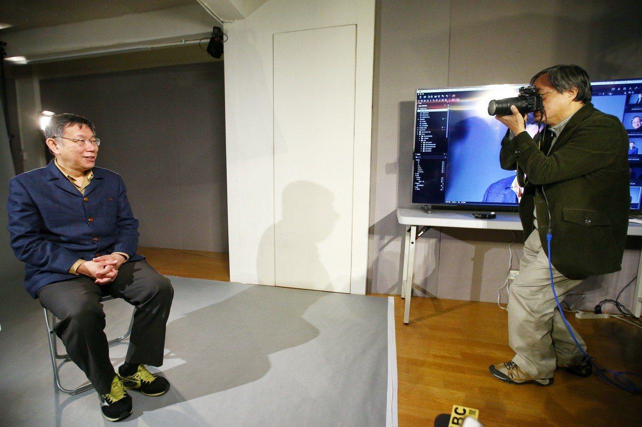 台北市長柯文哲(左)出席視音實驗教育機構成果展,與校長小野互拍體驗攝影棚人像拍攝...