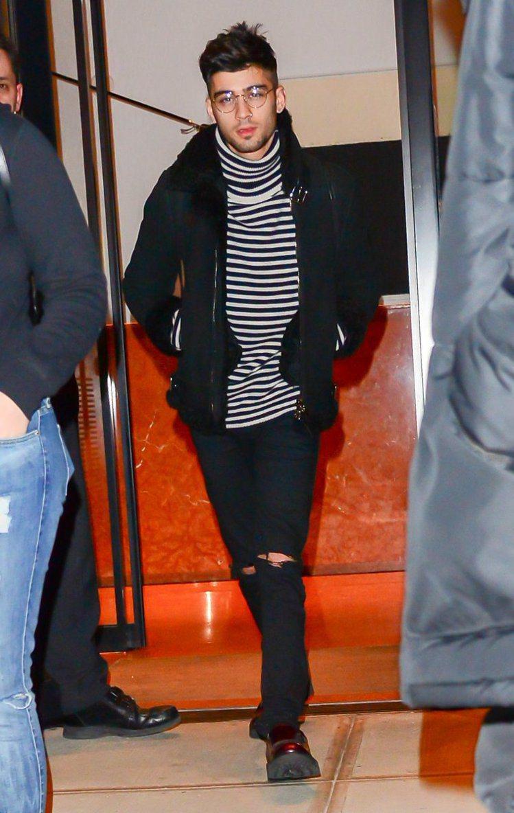 Zayn Malik的帥氣皮衣造型內搭AllSaints高領上衣。圖/AllSa...