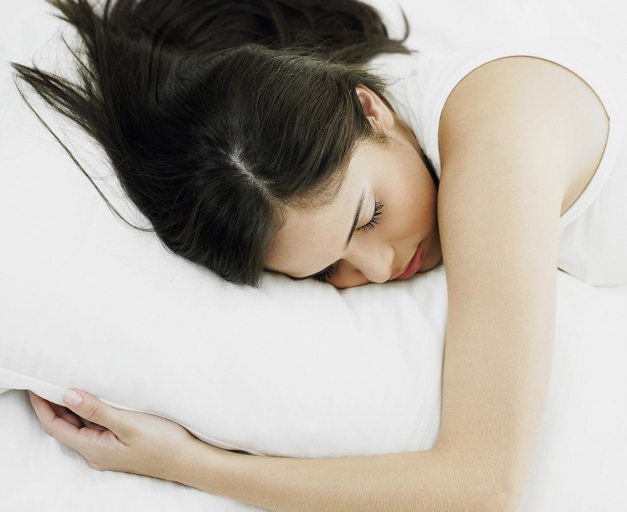 南韓女網友表示母親長期受失眠所苦,但聽到教授上課的聲音竟呼呼大睡。示意圖/ing...