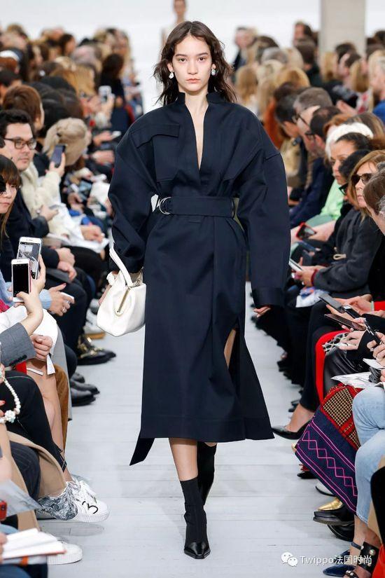 CÉLINE夏季系列黑色羊毛大衣,售價92,000元。圖/CÉLINE提供