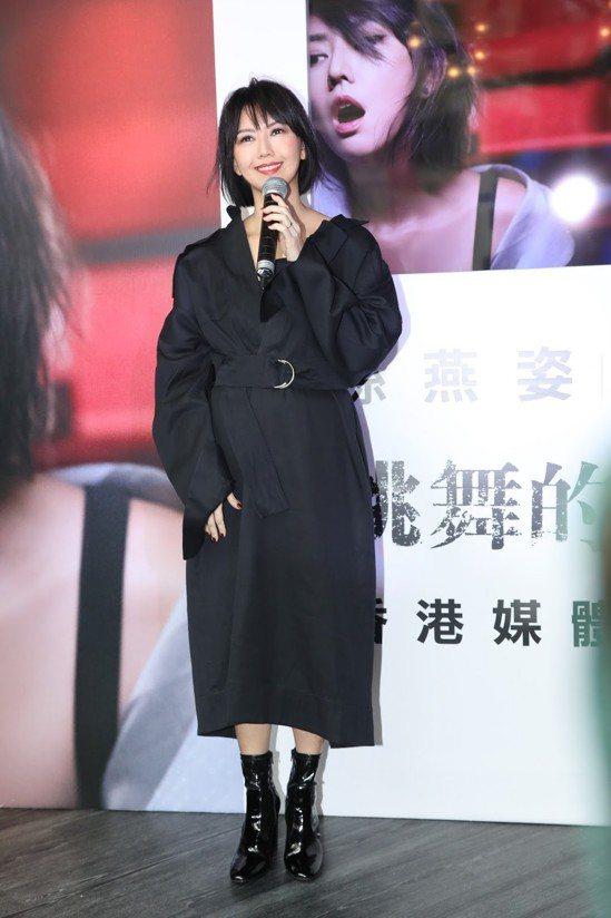 孫燕姿穿著CÉLINE夏季黑色羊毛大衣,出席香港的唱片發表會。圖/環球音樂提供