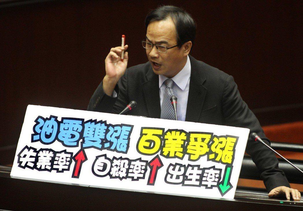 2012年油電雙漲,民進黨籍立委李昆澤在立法院抨擊物價上漲造成失業率、自殺率提高...
