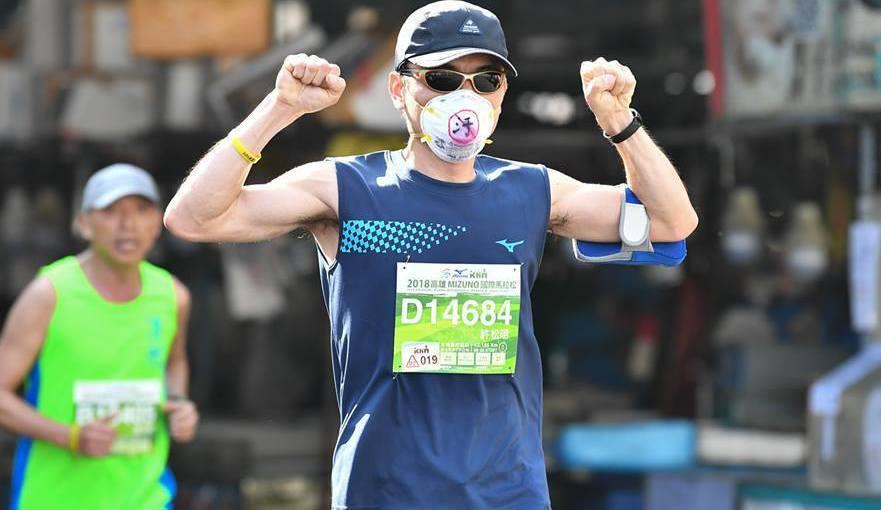 高雄國際馬拉松在周日風光落幕,有選手就戴著口罩對抗空汙。 圖/取自運動筆記臉書粉...
