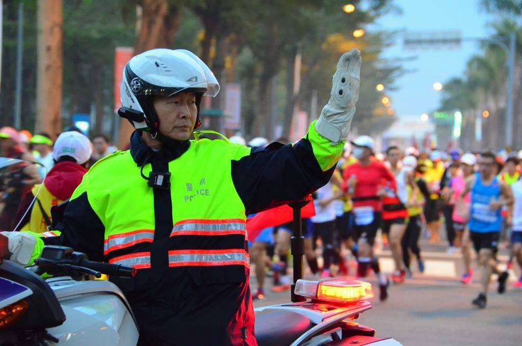 高雄國際馬拉松2月25日登場,警方當天沿線辛苦交管約10小時,成效卻受批評。 圖...