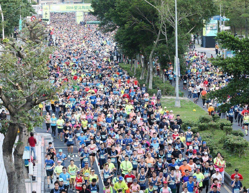 城市路跑交管是否得宜,跑友很在乎;圖為2016台北馬拉松盛況。 圖/聯合報系資料...