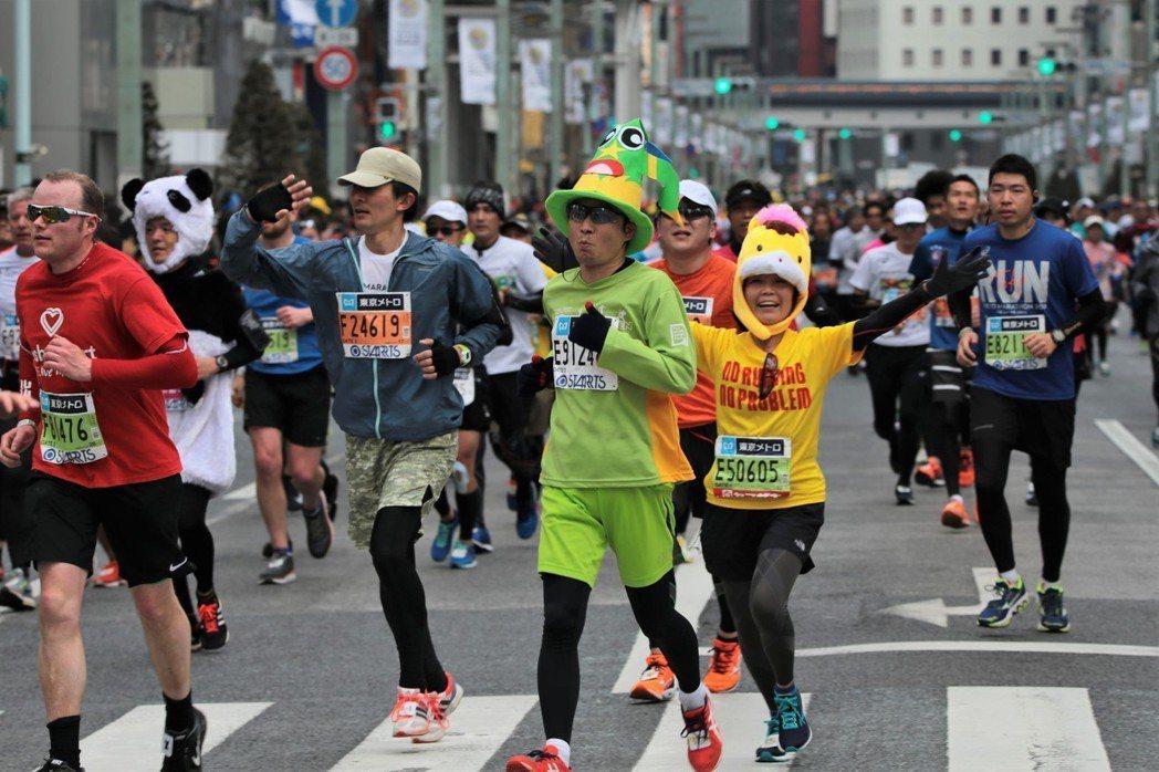 日本東京馬拉松的路口交管,不會出現有擋下選手的離譜情事發生。 中央社