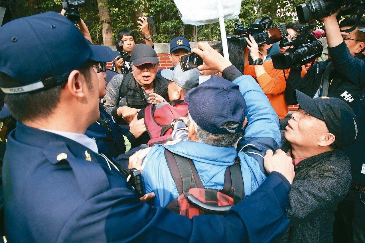 反年改民眾上午欲衝進立法院,與警發生衝突。 記者邱德祥/攝影