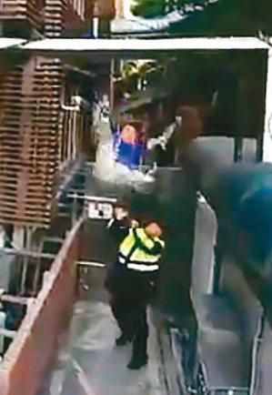 繆德生不慎跌落重傷頭部。 圖/截自警方提供影片