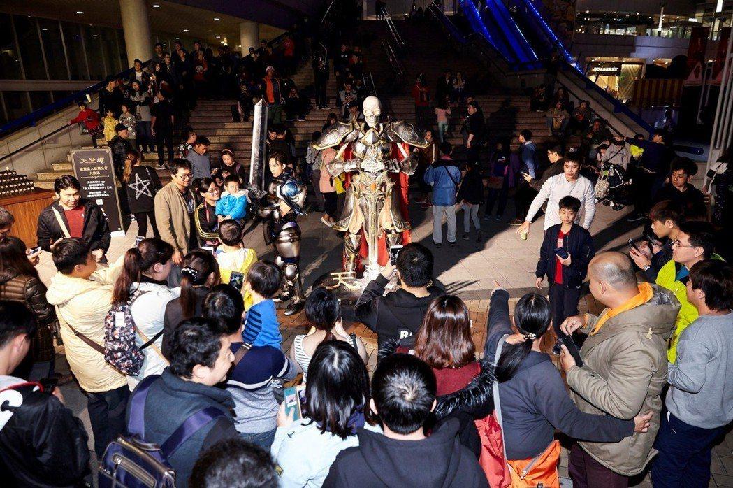 2.5米巨型死騎模型首度於南台灣亮相,吸引絡繹不絕的玩家爭相合影留念。