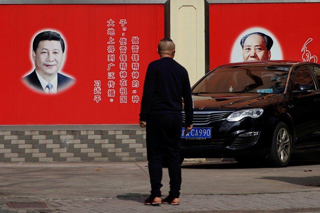 毛澤東時代當然就是以他為中央伍,大家向他看齊;鄧小平開始建立集體領導制,到了江澤...