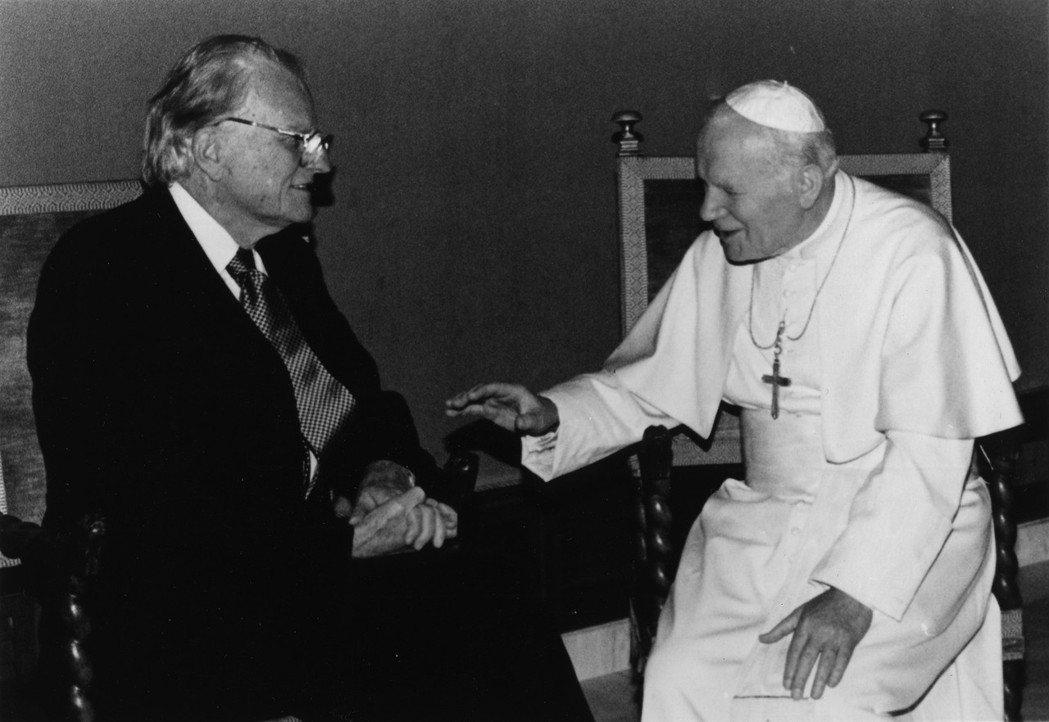 葛理翰與先教宗聖若望保祿二世(右)建立友好交情,同時也是第一位獲天主教學校頒發榮...
