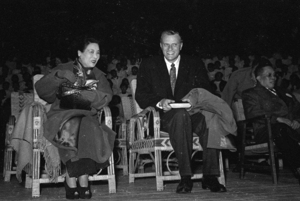 1956年2月,葛理翰來台傳教,篤信基督教的蔣宋美齡也到場,參加在台北三軍球場(...