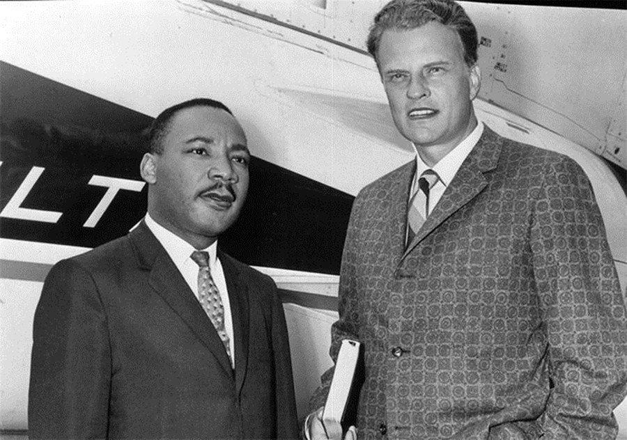 1957年,葛理翰(右)邀請屬於美北浸信會的馬丁.路德.金恩博士(左),參與紐約...