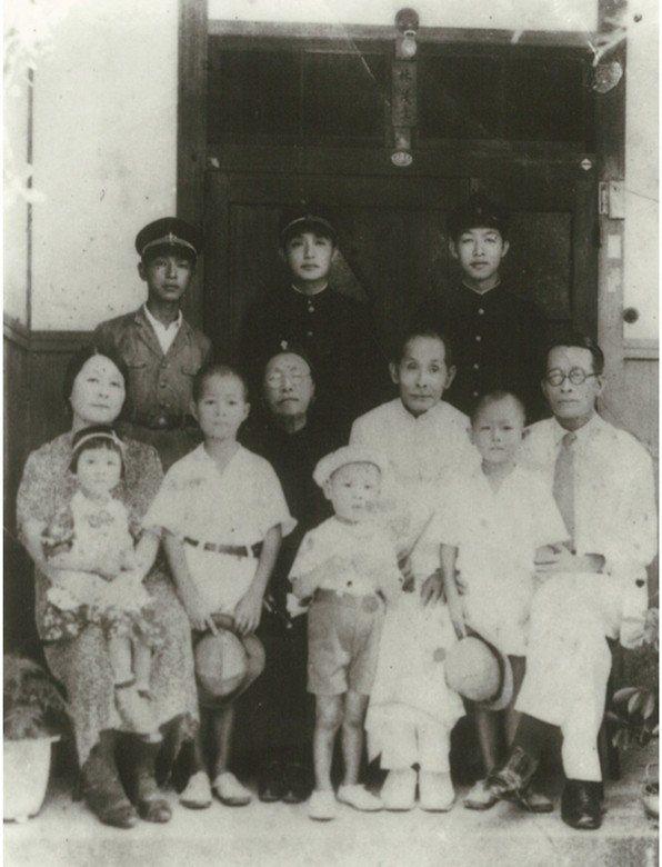 林茂生(前排右一)與家人合照,林宗義為後排中立者。 圖/國立臺灣歷史博物館、...