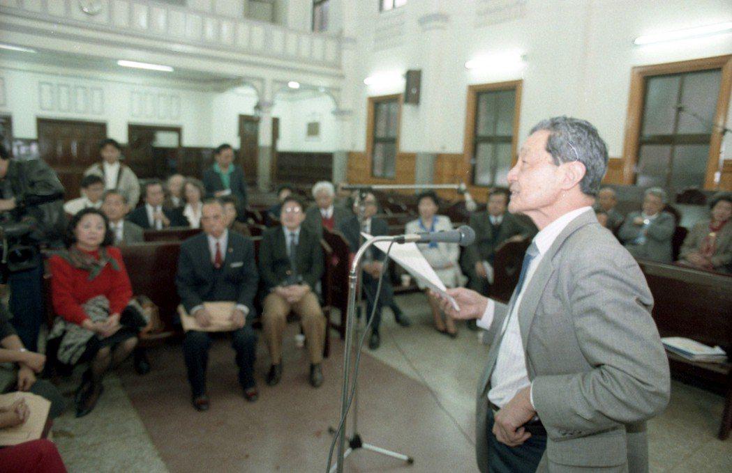 圖為1991年3月8日「二二八受難者家屬團契」成員在基督教長老教會濟南教會集會,聆聽林宗義發言。 圖/聯合報系資料照