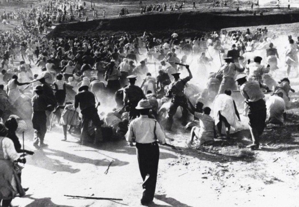 1959年,種族隔離下南非警察對黑人的鎮壓。 圖/美聯社