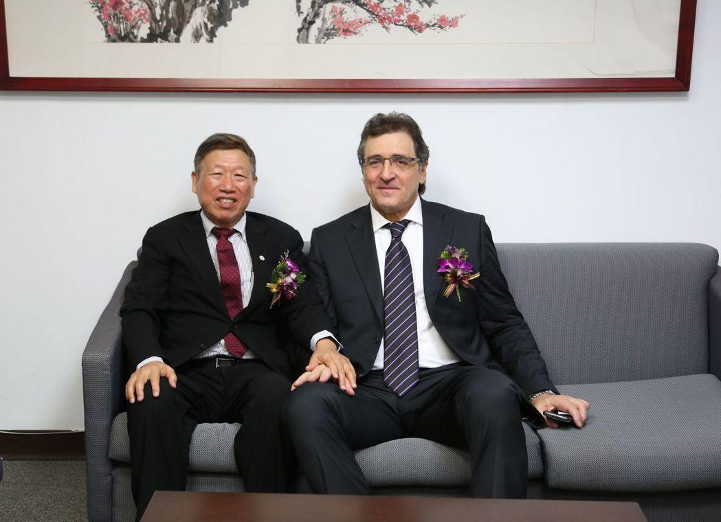 臺灣產業用紡織品協會理事長羅忠祐(左)與上屆貴賓義大利紡織機械聯合會副會長Ale...