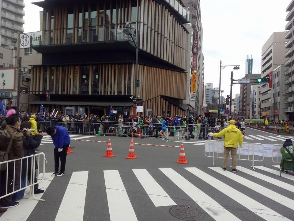 跑友po出日本東京馬拉松的路口交管照片,指出根本不會出現有擋下選手的離譜情事發生...